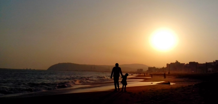 Father_and_Daughter_at_RK_Beach_in_Visakhapatnam.jpg